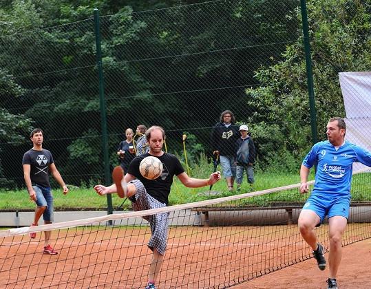 Manžel Kláry Vytiskové na nohejbalovém turnaji.