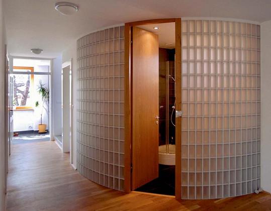 Průsvitná koupelna ze skleněných cihel
