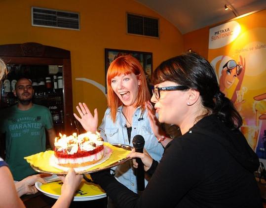 Debbi se radovala z narozeninového dortu.