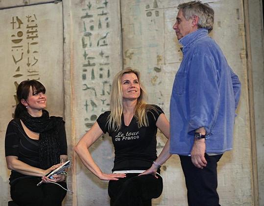 Nenalíčená Leona Machálková s Martou Jandovou a Josefem Lauferem na zkoušce muzikálu Hamlet.