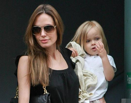 Angelina Jolie s tříletou Vivienne v náručí.