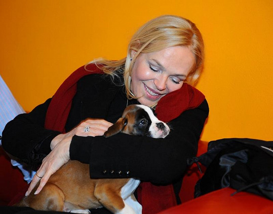 Milovnice pejsků Dagmar Havlová se svojí novou fenkou Grace, kterou dostala od veterináře Jana Herčíka.