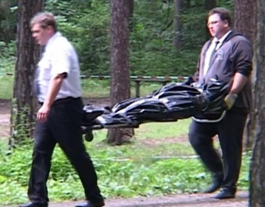 Pracovníci pohřební služby odnášejí tělo Švarce z místa činu.