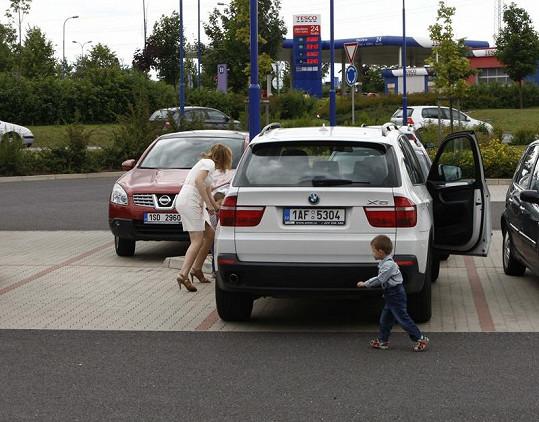 Štěpánka Duchková začíná svůj hon na babu s dvojčaty.