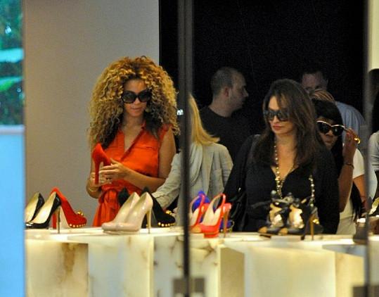 Beyoncé vybírá boty na londýnské Oxford Street.