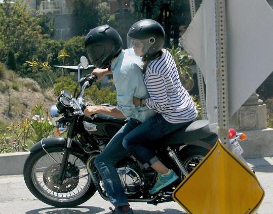Mila a Ashton na motorce.