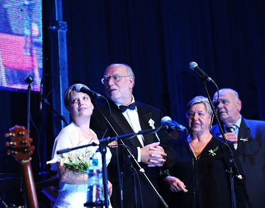 Zleva: Pavlínka, Honza Nedvěd, sestra a bratr František na svatebním koncertě v Lucerně