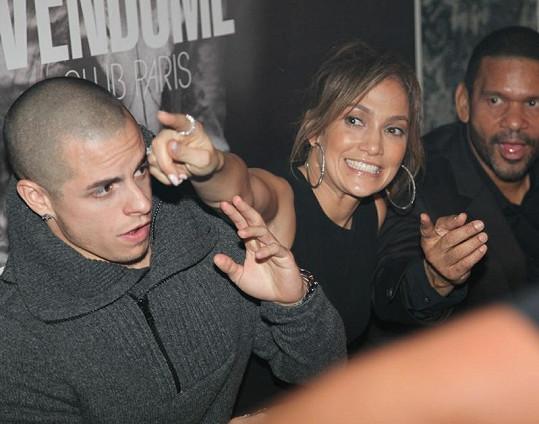 Rozjařená J-Lo málem ukazováčkem vypíchla oko svému příteli Casperovi.