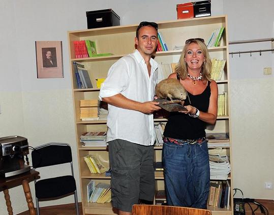 Lucie Benešová a Mirek Hrabě ve školním kabinetu.
