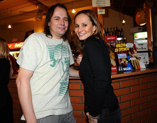 Monika Absolonová s uměleckým ředitelem HDK Pavlem Polákem na bowlingovém turnaji.