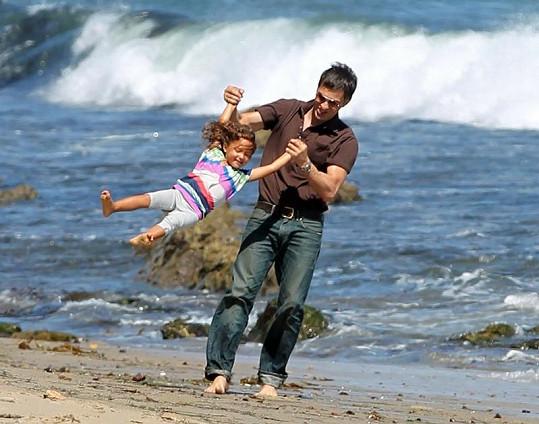 Takhle si s Nahlou hraje její otčím Olivier Martinez.