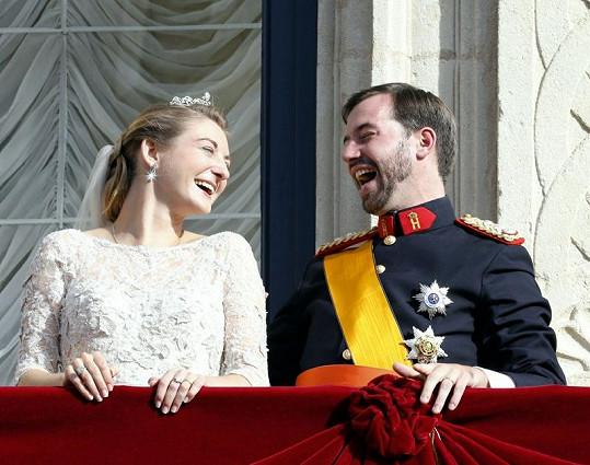 Princ Guillaume se směje na svou vyvolenou Stephanii.