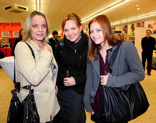 Unavená Veronika Jeníková s kolegyněmi Kamilou Špráchalovou a Vladanou Drvotovou.