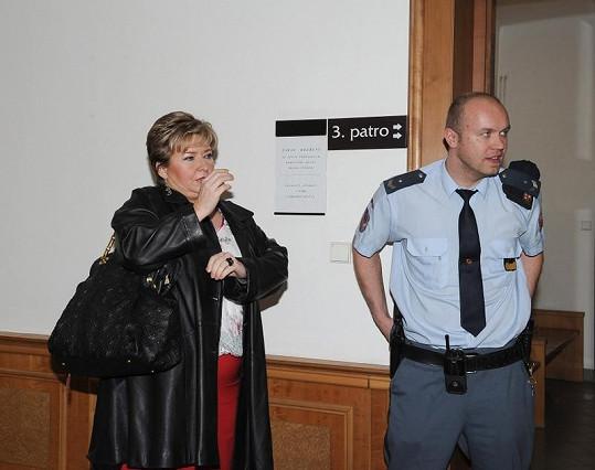 Právničku Rychtářové Věru Sedloňovou chránila před Rychtářem justiční stráž.
