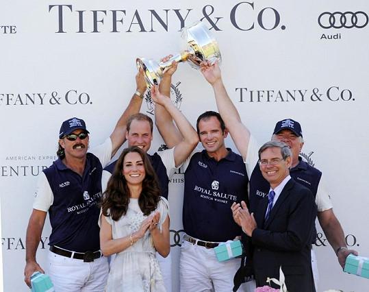 Kate má za zády vítězný tým v pólu, který si za svůj výkon zasloužil trofej.