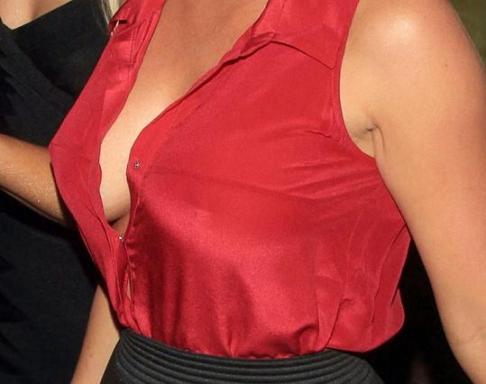 Znovuzrozená Kendra Wilkinson se s podprsenkou neobtěžovala.