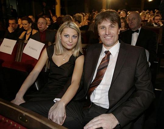 Pavel Poulíček si vzal tuto krásnou blondýnku.