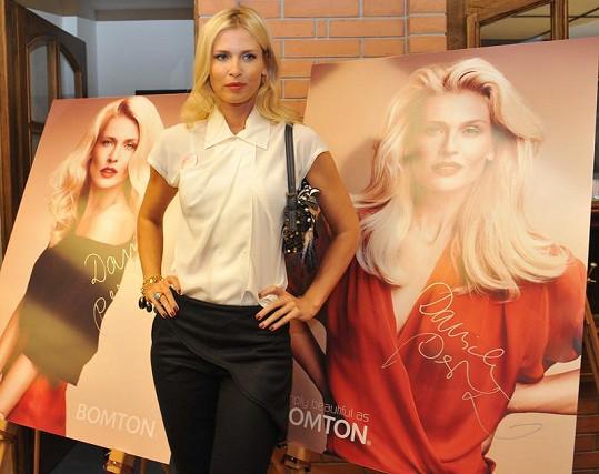 Daniela Peštová s fotkami pro reklamní kampaň