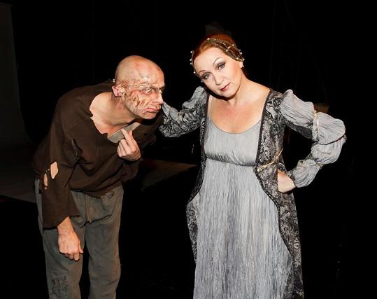 Quasimodo symbolicky předává divadlo Hybernia Lucrezii. Představení bude mít premiéru v sobotu 10. března.