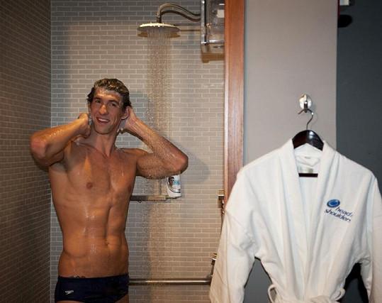 Americký plavec Michael Phelps propaguje svého sponzora.