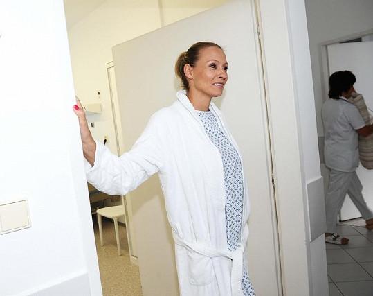 Martina převlečená do nemocničního andělíčka.