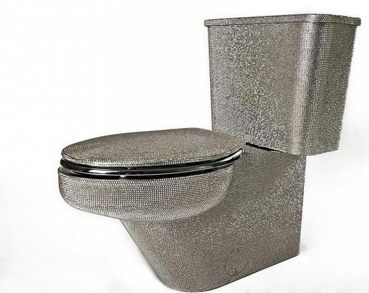 Tento záchod je posázen 100 tisíci krystalky.