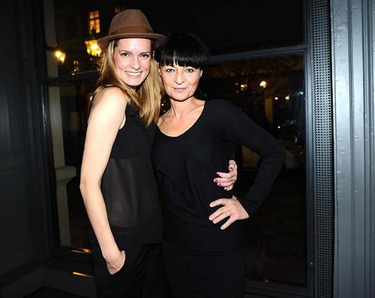 Karolína s Liběnou Rochovou na Simple Mask párty.