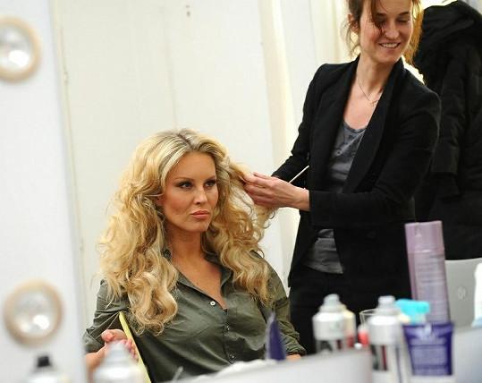Modelka při úpravě vlasů.