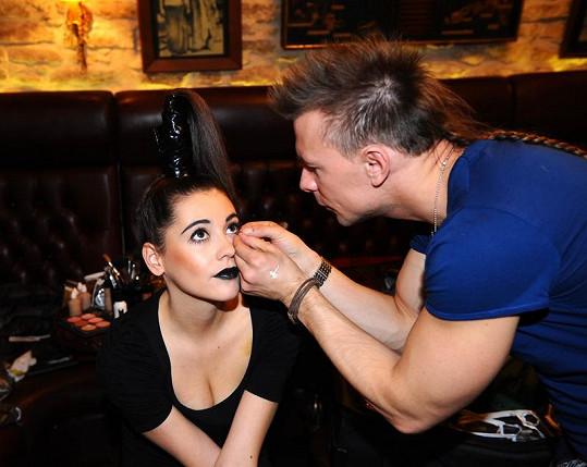 O výrazný make-up se postaral vizážista Tomáš Křápek.