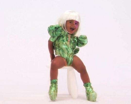 Bláznivé oblečky jsou inspirovány kostýmy samotné zpěvačky.