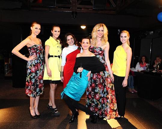 Míša s modelkami a návrhářkou Veronikou Benešovou (v červených šatech).
