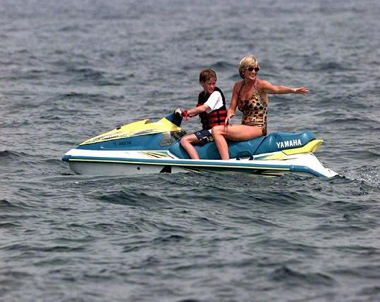 Diana s malým Harrym na vodním skútru.