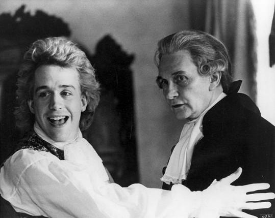 Tom Hulce v roli Wolfganga Amadea Mozarta s Royem Dotricem.