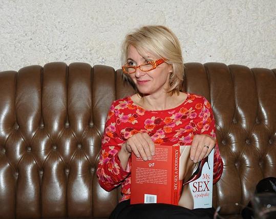 Veronika četla ve slušivých brýlích.