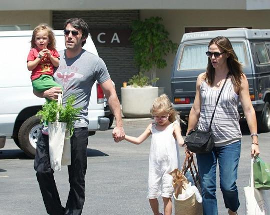 Ben Affleck, těhotná Jennifer Garner a jejich dvě dcerky.