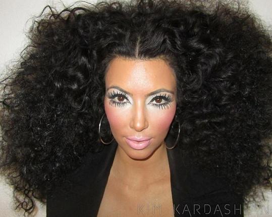 Kudrnaté vlasy, výrazný make-up. Kim je připravena na focení. Jak se vám líbí?