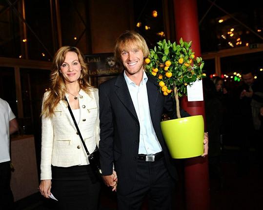 Rybář Jakub Vágner (na snímku s přítelkyní) přinesl sestře Tereze keř mandarinkovníku.
