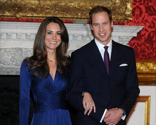 Kate ví, že modrá jí sluší.