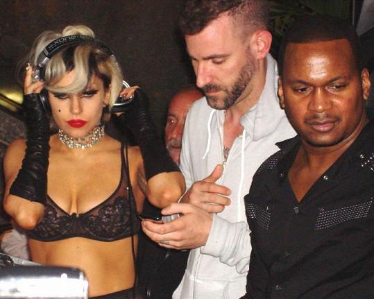 Lady Gaga a její podprsenka.