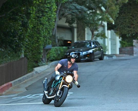 Herec Ryan Reynolds uhání na své motorce ducati.
