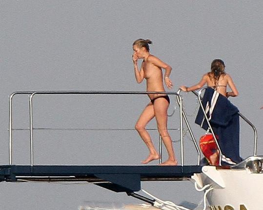Kate Moss minulý rok skákala nahoře bez.