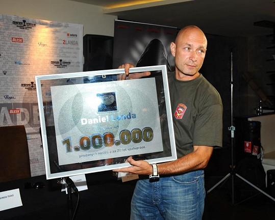 Landa převzal cenu za milión prodaných nosičů.