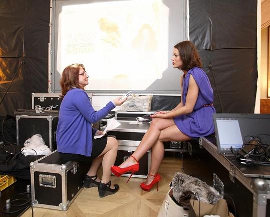 Andrea poskytuje rozhovor novinářce.