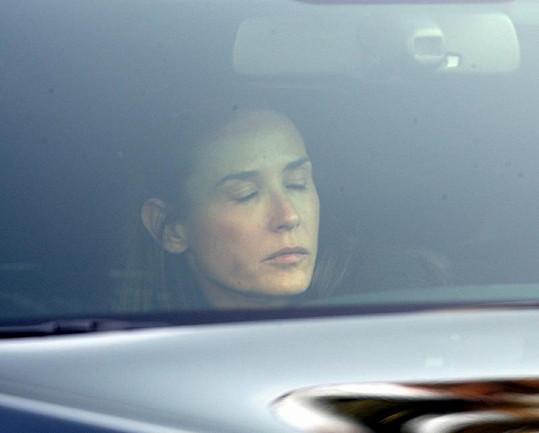 Herečka ve svém autě v Beverly Hills.