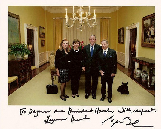 Dagmar Havlová se svým manželem Václavem a manželi Bushovými.