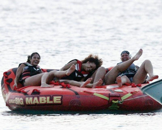 Rihanna se dobře pobavila s kamarádkami na člunu.