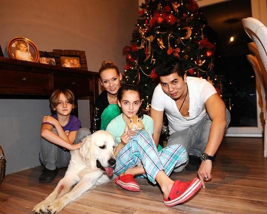 Rodinka pod stromkem.