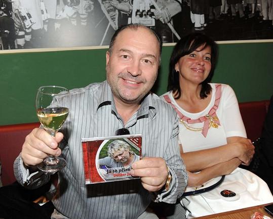 Michal David s manželkou na křtu CD Dalibora Jandy.