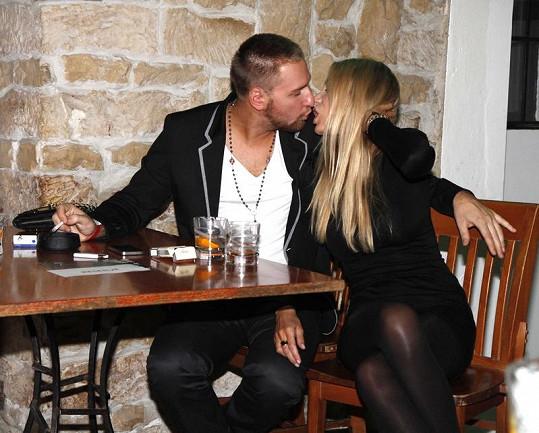 Kateřina Průšová s přítelem Davidem Martínkem se nebojí pořádné líbačky na veřejnosti.