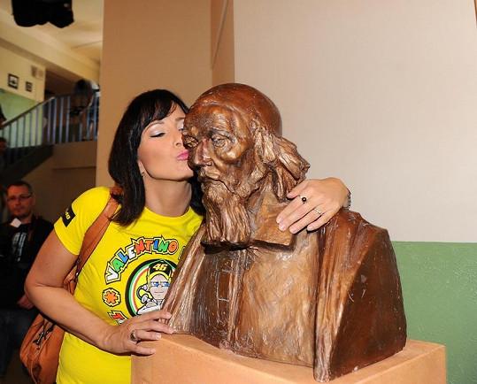Šinkorová zapózovala u busty Jana Amose Komenského.